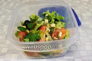 Можно салат приготовить для перекуса и уложить в контейнер. В холодильнике отлично сохраняется несколько часов.