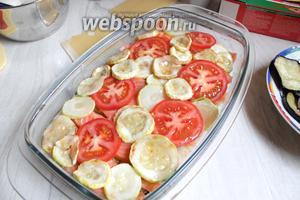 Сверху кабачок и помидоры порезанные.