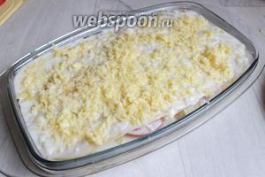 Сверху укладываем листы и оставшийся соус и сыр.