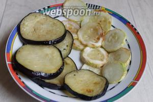 Баклажаны и кабачок обтираем от сока и обжариваем на масле.