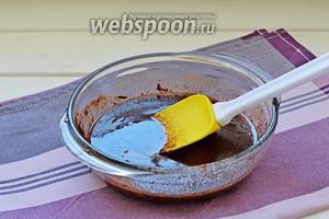 Растопить чёрный шоколад, предварительно его поломав на кусочки (я растопила в свч), сразу в шоколад добавить кусочками мягкое сливочное масло и перемешать до однородности. Остудить.