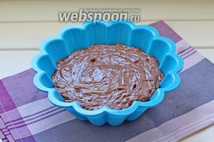 В форму (если не силиконовая, то смазать маслом и припудрить мукой) выложить тесто.