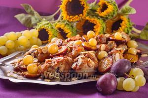 Курица в духовке со сливой и виноградом