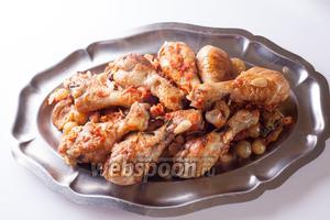 Но выглядит блюдо всё равно, согласитесь, неказисто. Курица перемазалась в соусе, во что превратилось всё остальное — я стыдливо прикрыла курицей.