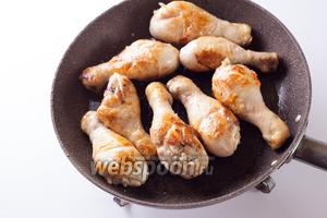 В 2 ст. л. масла обжариваем на сильном огне курицу около 15 минут. Кстати, уже ставим на прогрев (до 200°С) духовку.