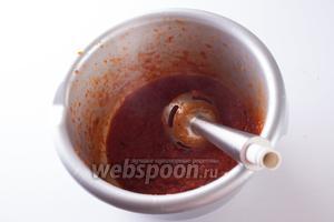 Добавляем к луку томаты и 150 мл вина (это половина!), увариваем их минут 10 в густой соус, который потом размалываем блендером (или протираем через металлическое сито, кому что привычнее).
