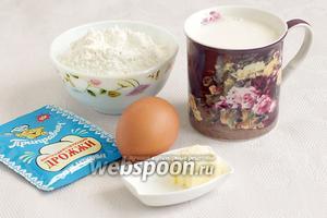Для дрожжевых блинов возьмём тёплое молоко, маргарин, сухие дрожжи, яйцо (40 г), муку, сахар и соль.