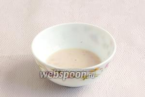Отлить немного молока и растворить в нём дрожжи. Добавить чуток сахара и оставить на 10 минут. Масса поднимется, значит, дрожжи подходят хорошо.