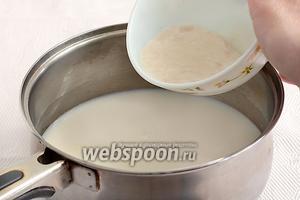 В отдельную ёмкость налить тёплое молоко, всыпать оставшийся сахар, соль. Влить дрожжевую смесь.