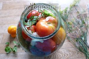 Заполняем помидорами банку до верха. Сверху тоже положим укроп, чеснок.