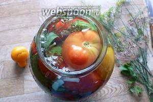 На плите, тем временем, кипятим простую заливку из 4 ст. л. соли и 4 ст. л. сахара на 1,5 лира воды. Это как раз на трёхлитровую банку. Закипела заливка, заливаем ею помидоры.