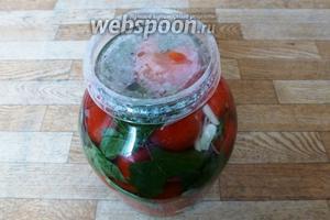 Накроем банку подходящей крышкой. У меня вот такая пластмассовая.)) Оставляем при комнатной температуре на сутки. Стоят такие помидоры не больше недели, так как заливка солёная, потом помидоры уже не малосольные. Но на неделю не хватает, съедаются за 2-3 дня!