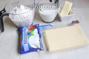 Берём такие продукты: муку, сыр любой (у меня Моцарелла и ещё какой-то), кефир, масло, соду, разрыхлитель. Все продукты лучше взвесить.