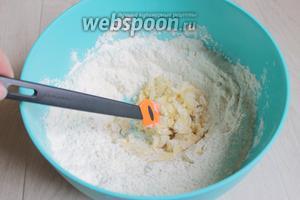 Муку смешаем с содой и разрыхлителем, добавим масло мягкое и смешаем всё.