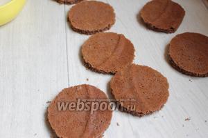 Пока промажем наши кружки бисквита пропиткой, для этого смешаем воду с сахаром и добавим любой ликёр.