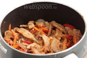 Как только овощи «поженятся» с мясом, можно вливать соус, который был приготовлен ранее. Остаётся ещё подержать всё вместе на огне, в течение 3 минут и блюдо готово.
