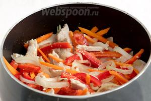 Положить в сковороду морковь и перец, жарить, помешивая, ещё 5 минут. Овощи не должны полностью приготовиться и развалиться.