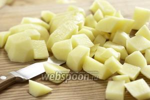 Измельчаем лук, картофель нарезаем кубиками.