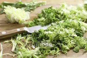 Промываем салат фризе, мелко шинкуем.