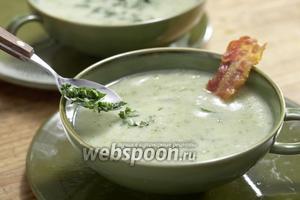 Добавляем к супу зелень, салат и бекон. Крем-суп готов.