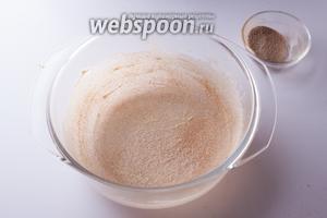 Припорошиваем примерно половиной этой смеси смазанную маслом форму, трясём и вертим её, чтобы коричный сахар распределился равномерно.
