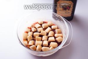 Покрываем сливы слоем раскрошенного бисквита, а на него капаем какой-нибудь алкоголь с приятным ароматом.