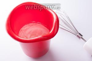 С оставшейся ложкой песка взбиваем в крутую пену белок.