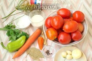 Для приготовления ассорти нам понадобятся: помидоры небольшого размера, лук, чеснок, морковь, болгарский перец, зонтики сухого укропа, веточки петрушки, перец чёрный горошком, лавровый лист, горький перец, кусочек корня хрена (около 3-4 см), сахар, соль и столовый уксус. Набор специй рассчитан на банку объёмом 2 литра.