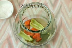 Банки простерилизовать над паром, на дно выложить специи, часть моркови, 2 кусочка болгарского перца.