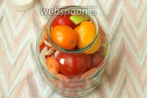 Затем наполнить банку помидорами, между ними выкладывать, в произвольном порядке, кольца лука, кусочки перца и кружки моркови.