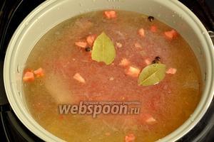 Добавляем нарезанные кубиками помидоры, соль, душистый перец горошком, лавровый лист. Включаем программу «Суп» на 1 час.