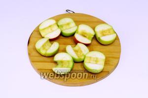 Яблоки мне захотелось использовать половинками, плотные, кислые, в итоге они всё равно расползлись. Промоем, разрезаем пополам, извлекаем семена.
