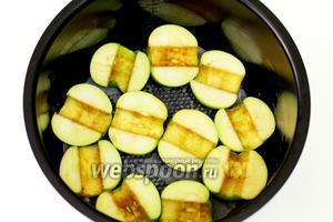 Чашу мультиварки смазываем размягчённым сливочным маслом. Выкладываем половинки яблок, разрезом вверх. Да, как показал опыт, кожицу лучше очистить.