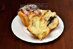А вот так они выглядят на разломе: пышное мягкое тесто, вкусная корочка с помадкой и очень сочная кремовая серединка с шоколадом.