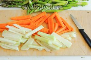 Очищаем морковь и сельдерей от кожуры. Нарезаем также полосками длиной около 5 см.