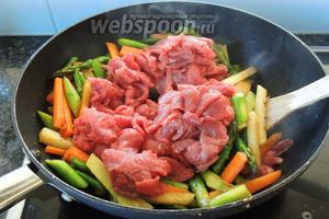 Добавим к овощам нарезанное мясо и дальше жарим около 3 минут. Мясо должно поджариться, но не отдать свой сок.