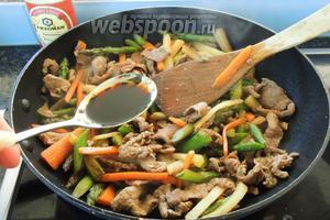 Убираем с огня. Приправляем по вкусу солью, перцем и вашими любимыми специями. Также добавим соевый соус и перемешаем. Сервируем горячим, присыпая сверху блюдо кунжутом. Приятного аппетита!