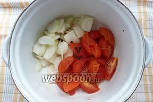 Соединяем овощи, специи, соль, сахар, масло.
