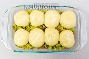 Через 20 минут булочки увеличатся в размере. Растопим сливочное масло и смажем им булочки. Отправляем в разогретую до 180°C духовку на 20-25 минут.