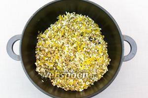 Рис и чечевицу промоем и добавим в кастрюлю, в которой жарились лук и чеснок. Перемешаем.