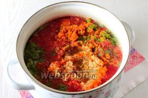 Пропускаем подготовленные овощи через мясорубку и варим в течении 1 часа на маленьком огне с момента закипания.