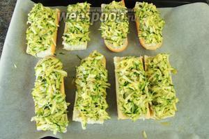 На каждую половинку хлеба выкладываем приблизительно по равномy количеству массы с цукини.