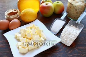 Понадобятся такие продукты: мука, масло, яблоки, мёд (у меня тимьянный, по рецепту  Мёд ароматизированный тимьяном ), яйца, лимон, пряности, миндальные лепестки.