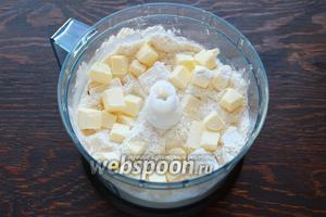 В чашу блендера поместить муку (я добавила 1 ст. л. сахара и щепотку соли), добавить холодное масло. Порубить в крупную крошку.
