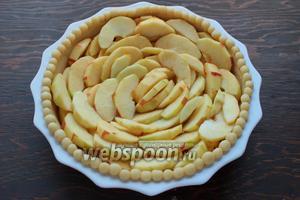 Выложить очищенные и нарезанные яблочки (у меня ушло 6 штук, можно было бы и больше, так как после выпечки уменьшаются). Отправить в духовку на 20 минут при 200°С.