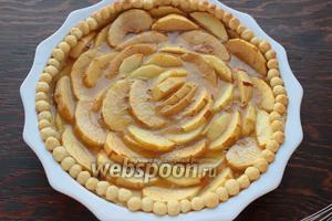 Залить яблочки, посыпать миндальными лепестками и выпекать ещё 45 минут при 170°С.