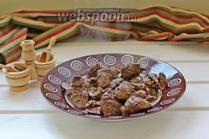 Печень промыть, обсушить бумажным полотенцем и обжарить на 2 ст. л. растительного масла. Посолить и поперчить. Вынуть печень в тарелку.