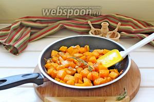Тыкву обжарить до мягкости (7-10 минут) на 1 ст. л. растительного масла вместе с иголочками розмарина. За 1 минуту до готовности добавить мелко нарезанный чеснок. Посолить и поперчить.