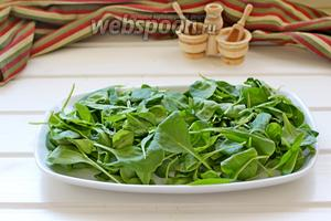 На тарелку выложить «подушку» из листьев молодого шпината (заранее промытые и обсушенные).