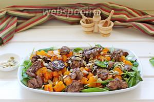 Полить соусом из сковороды и присыпать тыквенными семечками. Сразу подавать! Приятного аппетита!!!